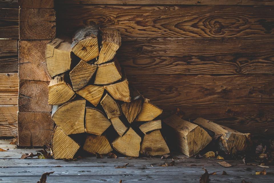 La legna è un combustibile a costo zero che ti consente di risparmiare nel riscaldamento domestico.