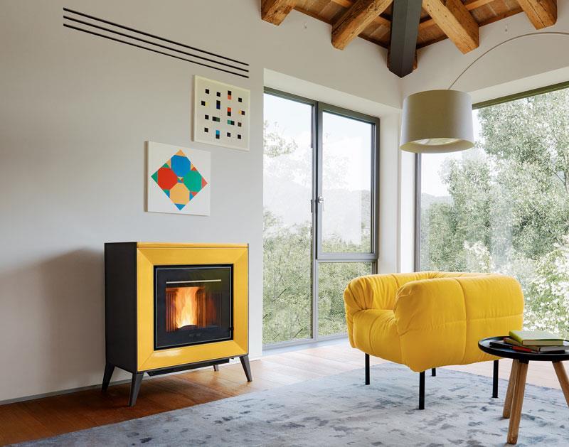 Stufa a pellet salvaspazio: dal profilo compatto con rivestimento in maiolica color giallo acceso. Disponibile nei colori bianco, grigio, rosso, sahara, terra cotta.