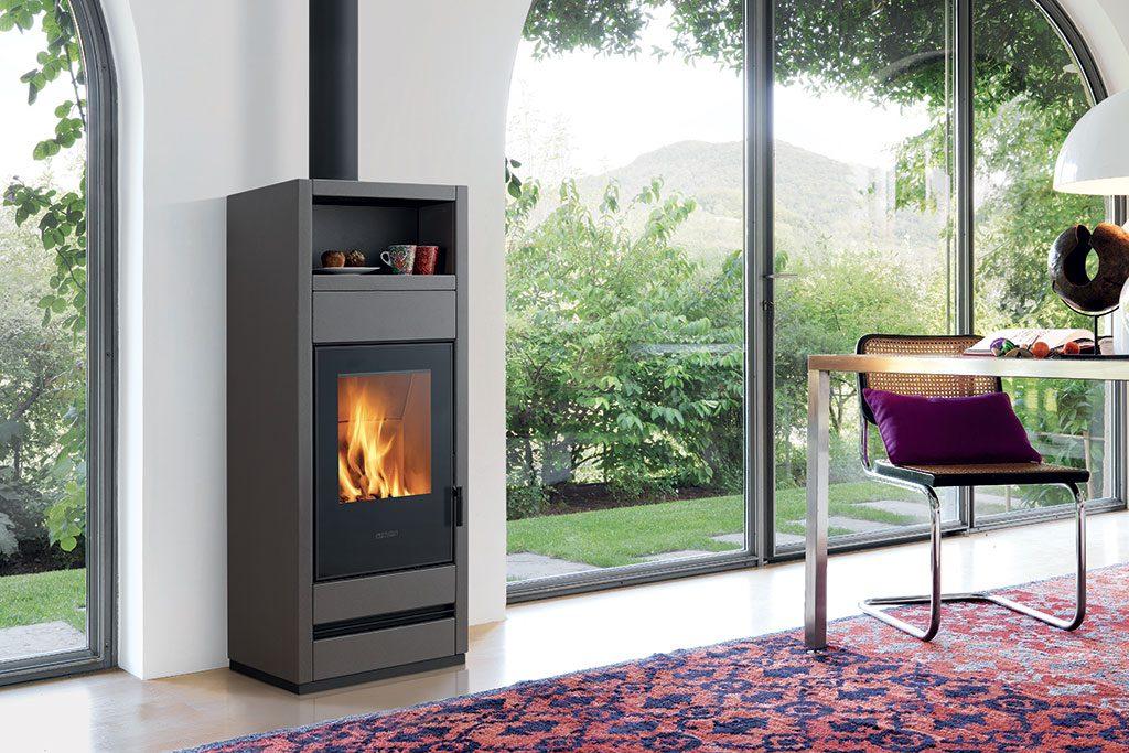 Holzofen Modell E928 S mit Majolika-Verkleidung, ist mit 5 Sternen zertifiziert, in der Energieeffizienzklasse A+ eingestuft und konform zur Ecodesign 2022.